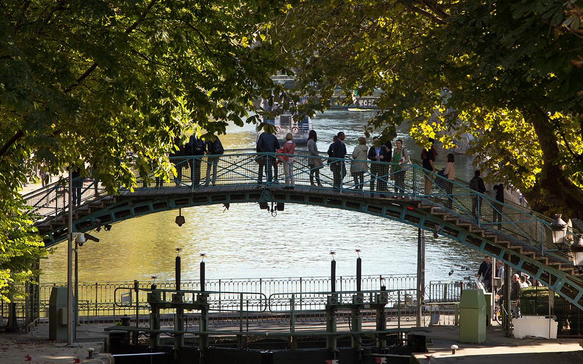 Canal Saint-Martin : la passerelle et le pont tournant Grange aux Belles à Paris 10e