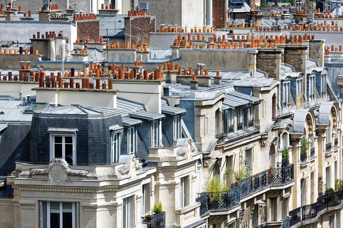 Vue sur les toits et appartements de Paris.