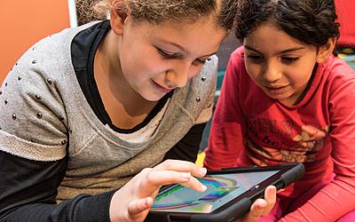 Enfants utilsant une tablette numérique