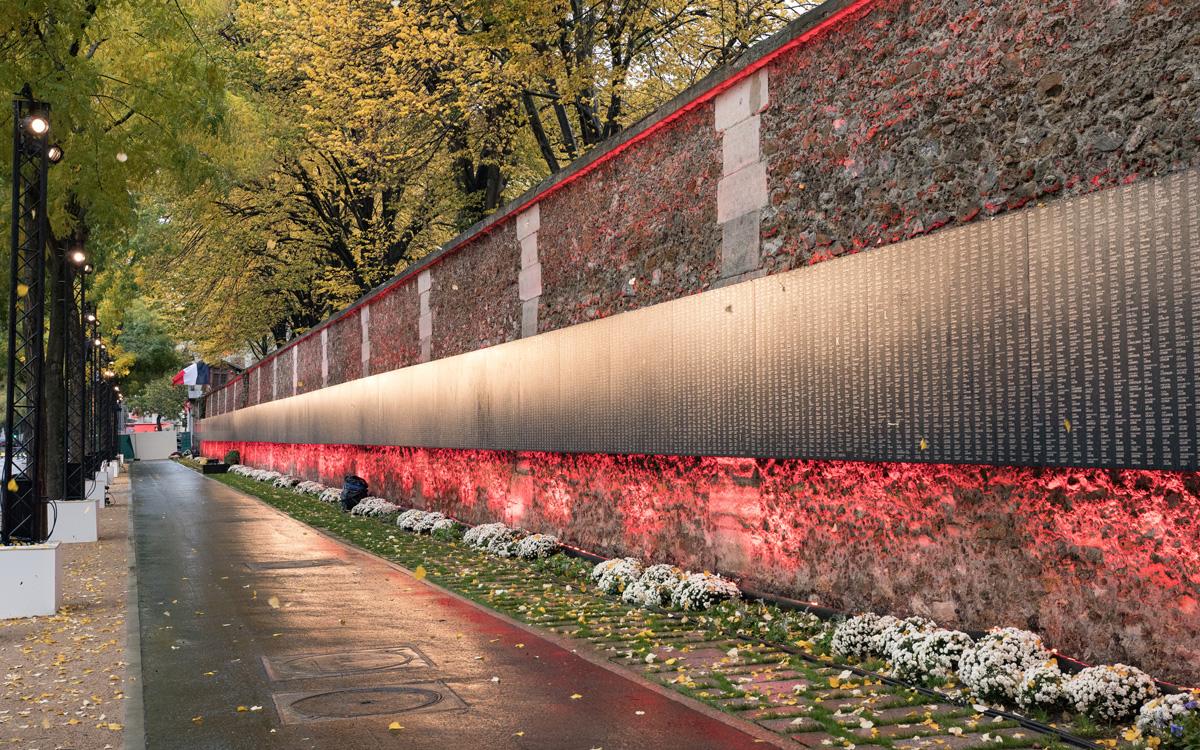 Centenaire de l' Armistice : Monument aux Morts de la Première Guerre Mondiale (mur d' enceinte du cimetière du Père Lachaise boulevard Ménilmontant)