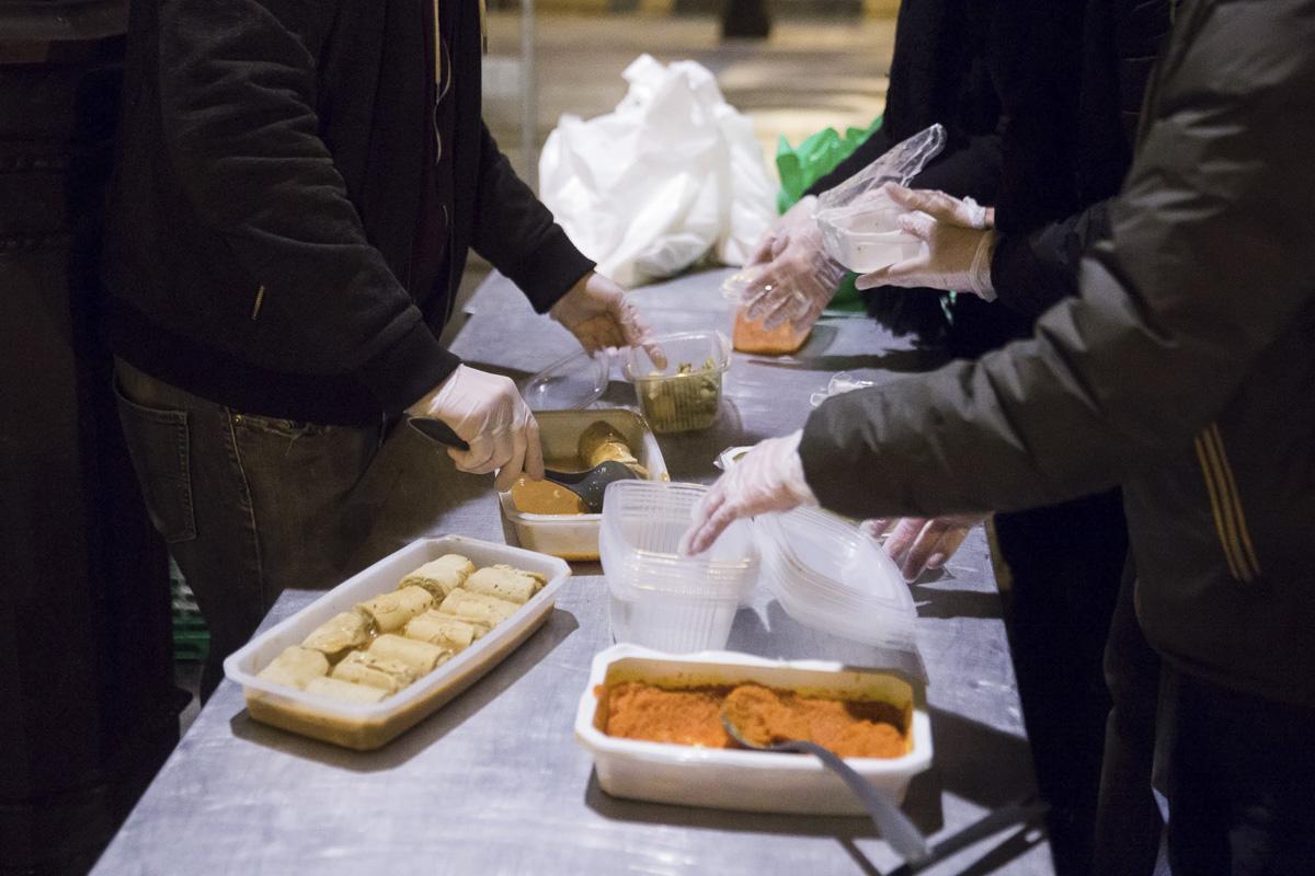 """Distribution de denrées alimentaires par """"les restaurants du coeur"""" à Bréguet Sabin 11e"""
