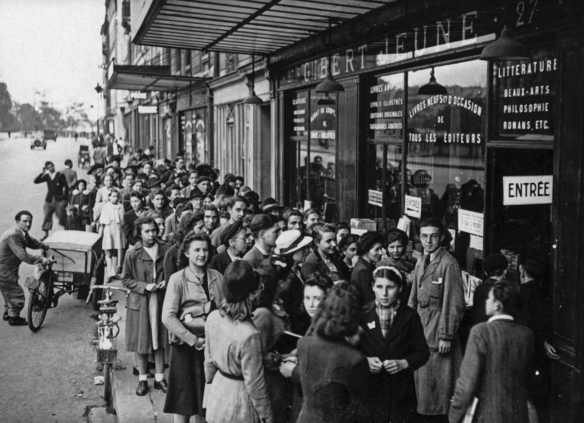Guerre 1939-1945. Rentrée des classes sous l'Occupation. Queue devant la librairie Gibert Jeune. Paris.