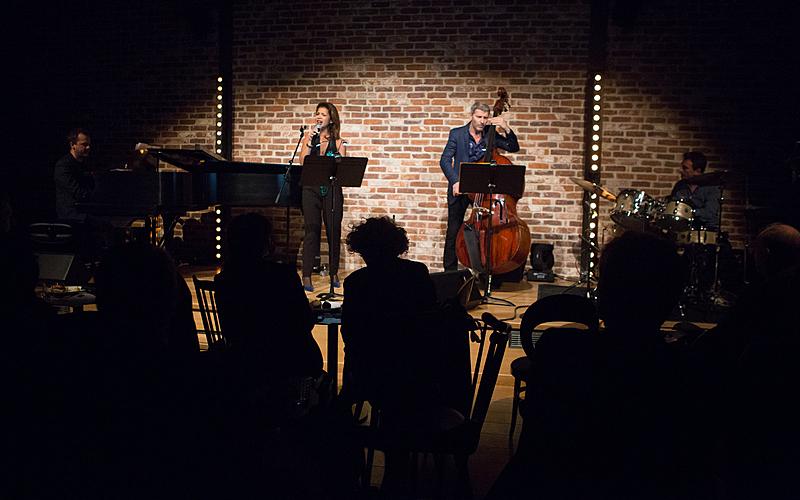 Des musiciens jouent sur scène.