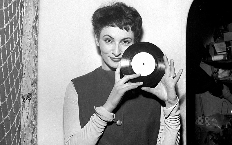 Barbara, chanteuse française, à l'Ecluse. Paris, 1958.