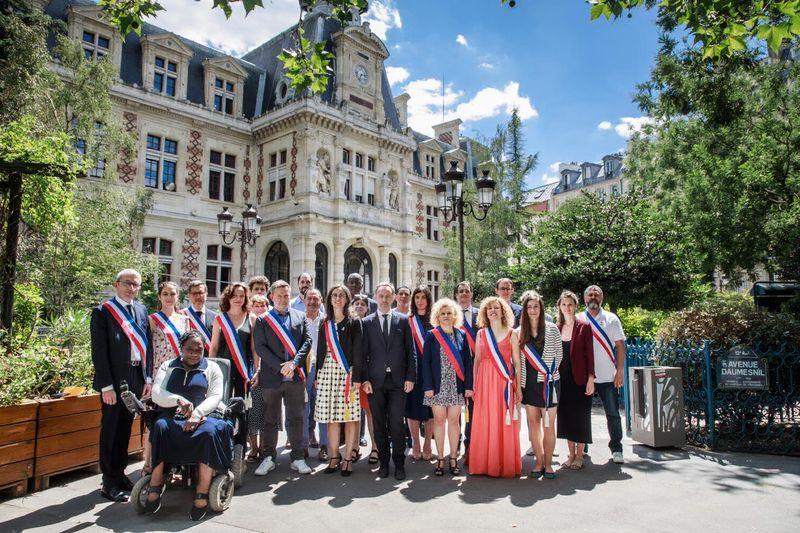Emmanuelle Pierre-Marie, Maire du 12e arrondissement, entourée de son équipe d'adjoint·es et de conseiller·ères d'arrondissement