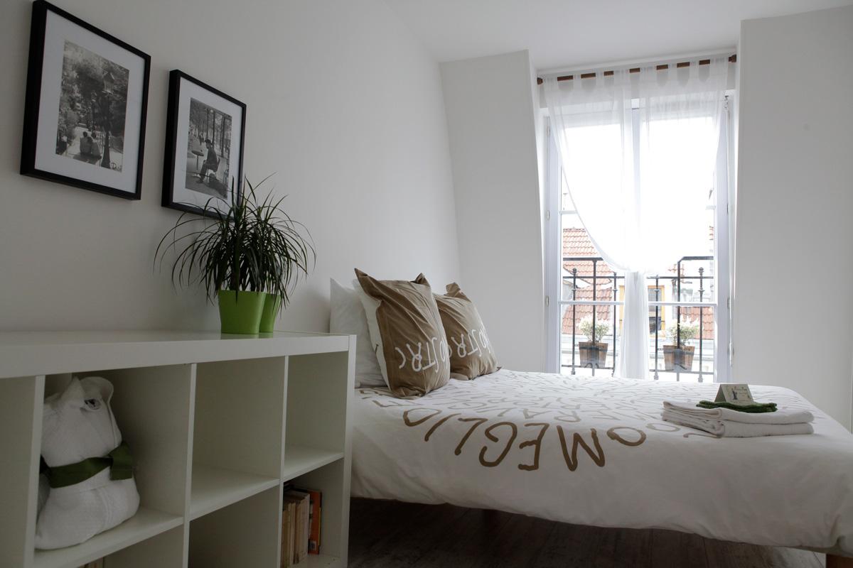 Une chambre dans un appartement parisien