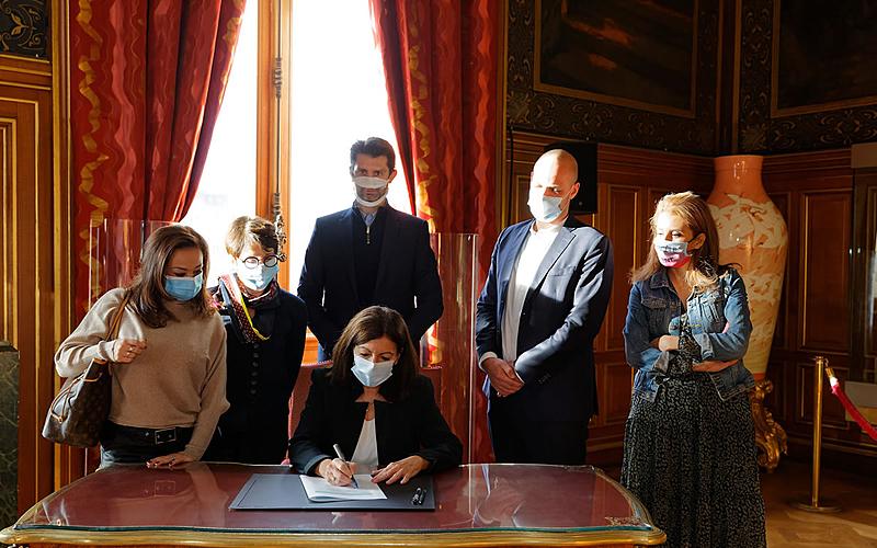 Anne Hidalgo signe la charte parisienne des droits de l'enfant.