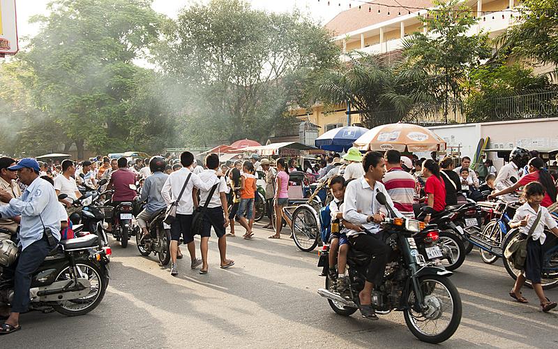 A la sortie de l'école dans une rue à Phnom Penh au Cambodge