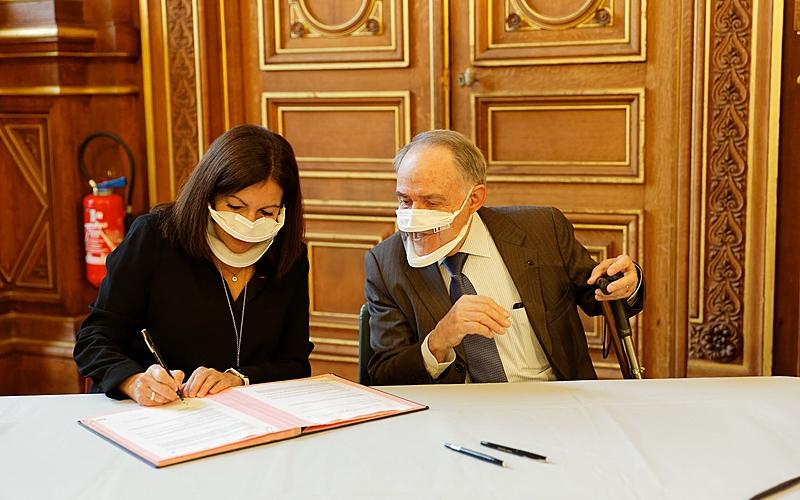 La Maire Anne Hidalgo signe la convention.