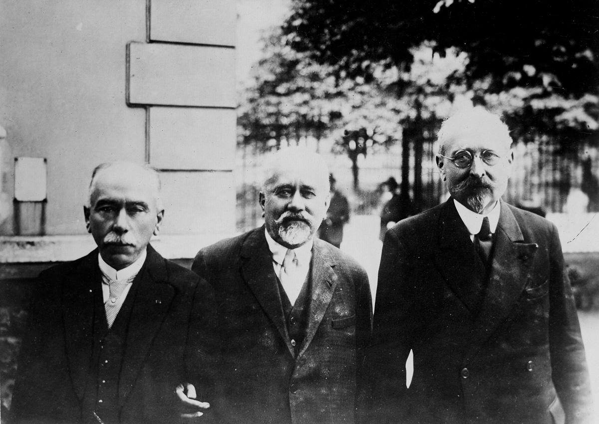 Les docteurs Albert Calmette (1863-1933) au centre, bactériologiste français, et Camille Guérin (1872-1961) à droite, vétérinaire français, inventeurs du vaccin préventif contre la tuberculose (B.C.G.).