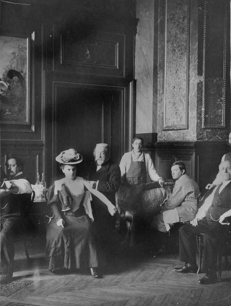 Les sénateurs et leurs femmes se faisant vacciner contre la variole. Palais du Luxembourg. Paris (6e), 1907.