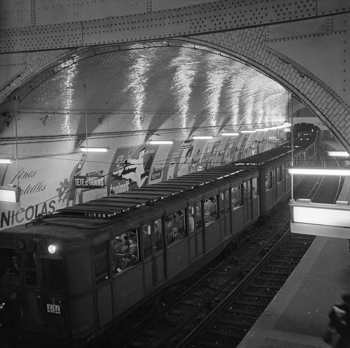 Métro Sprague-Thomson (wagon 2ème classe) à la station Saint-Michel. Paris (VIème arr.) .