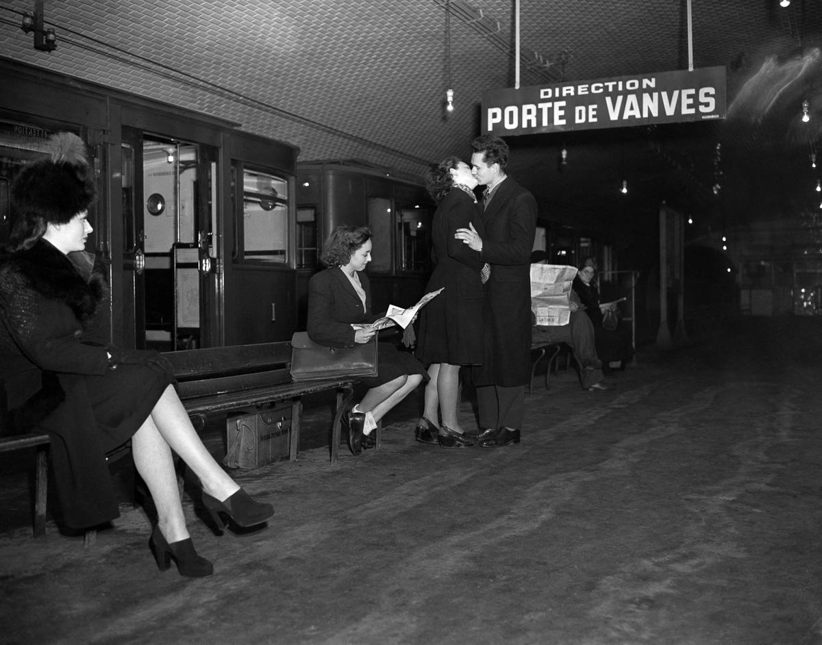 Couple d'amoureux dans le métro. Paris, janvier 1947.