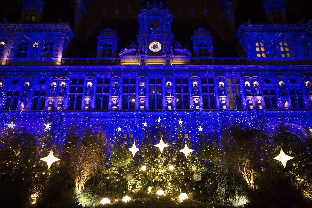 Illuminations de Noël sur le parvis de l'Hôtel de Ville