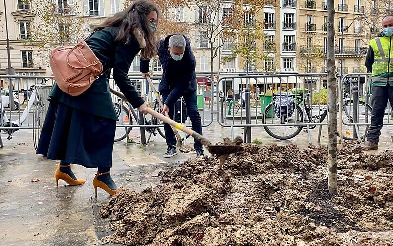 Emmanuelle Pierre-Marie et Christophe Najdowski en train de retourner de la terre pour planter un arbre, avenue Daumesnil