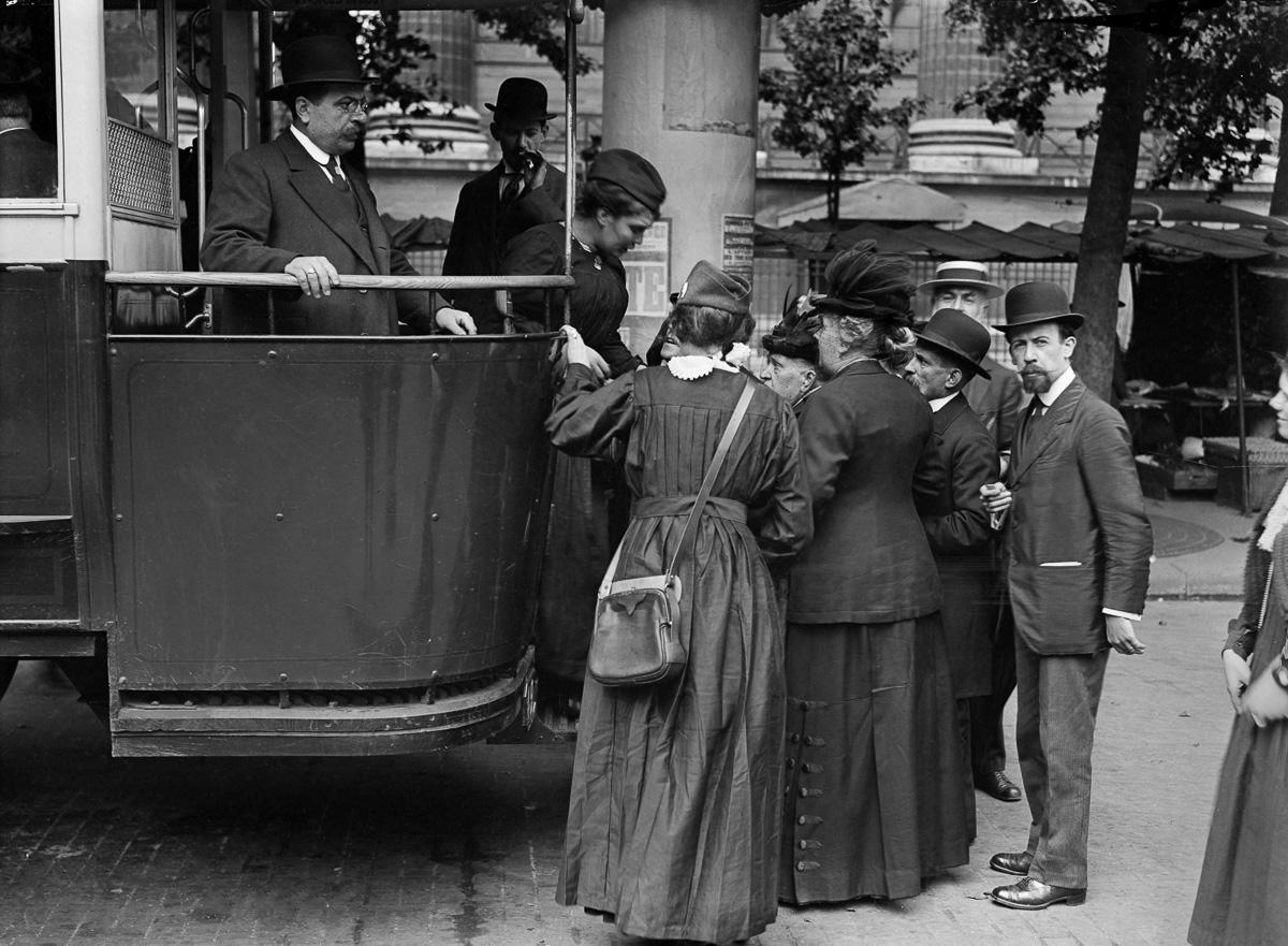 Guerre 1914-1918. Femme receveuse d'autobus. Paris.