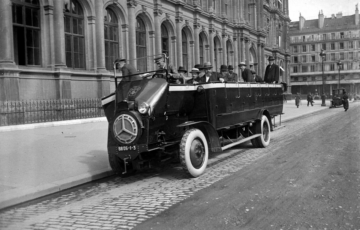 Véhicule nouveau de la Compagnie générale des omnibus visité par la commission de contrôle du matériel du Conseil municipal de Paris.