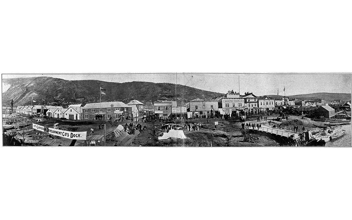 Vue panoramique  de Dawson City (Canada, région du Klondike), à l'époque de la ruée vers l'or. 1900.