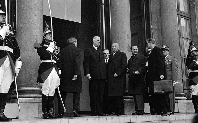 Le chancelier allemand Konrad Adenauer accueilli par le général De Gaulle à son arrivée au palais de l'Elysée pour la signature du traité franco-allemand. Paris, 22 janvier 1963.