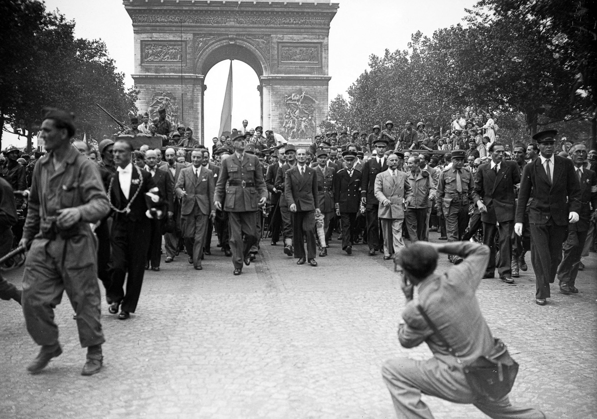 Le général de Gaulle, André Le Troquer, Bidault, Alexandre Parodi, les généraux Leclerc et Juin descendant les Champs-Elysées.