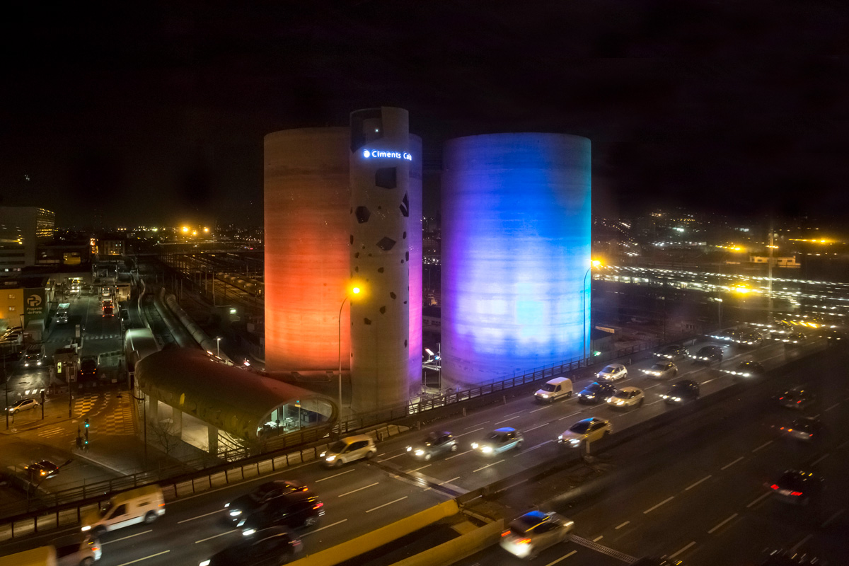 L'œuvre « Solar Wind » sur des silos, de l' artiste Laurent Grasso.