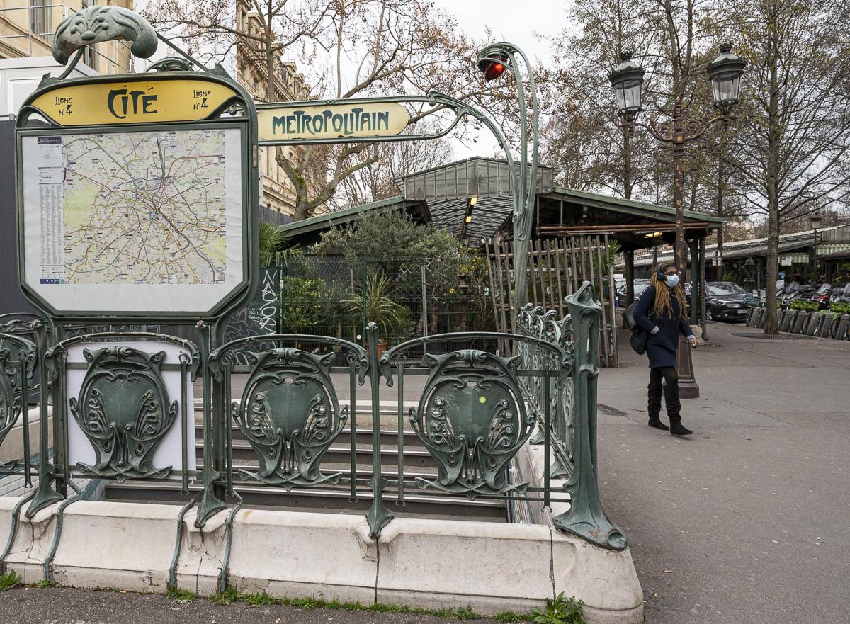 La station du métro Cité qui donne accès au marché aux fleurs.