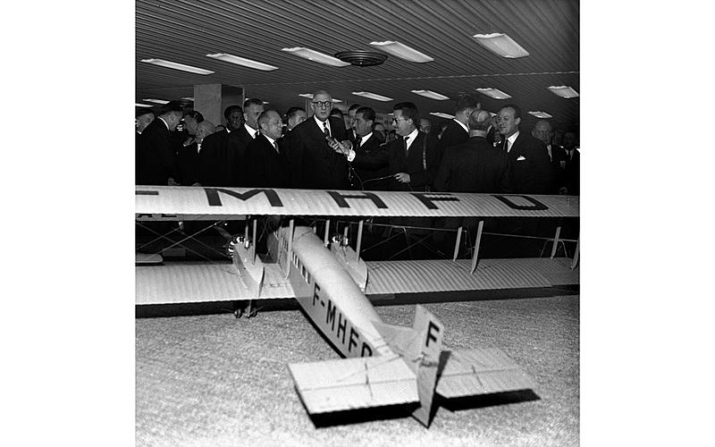 Le président Charles De Gaulle, et des personnalités inaugurant le nouvel aéroport d'Orly. Avion Farman exposé. 24 février 1961.