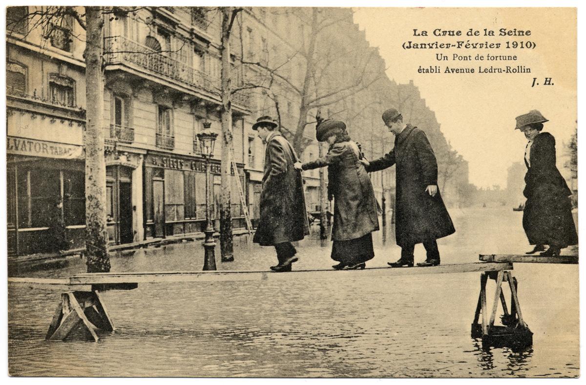 Carte postale lors de la crue de la Seine en janvier-février 1910.