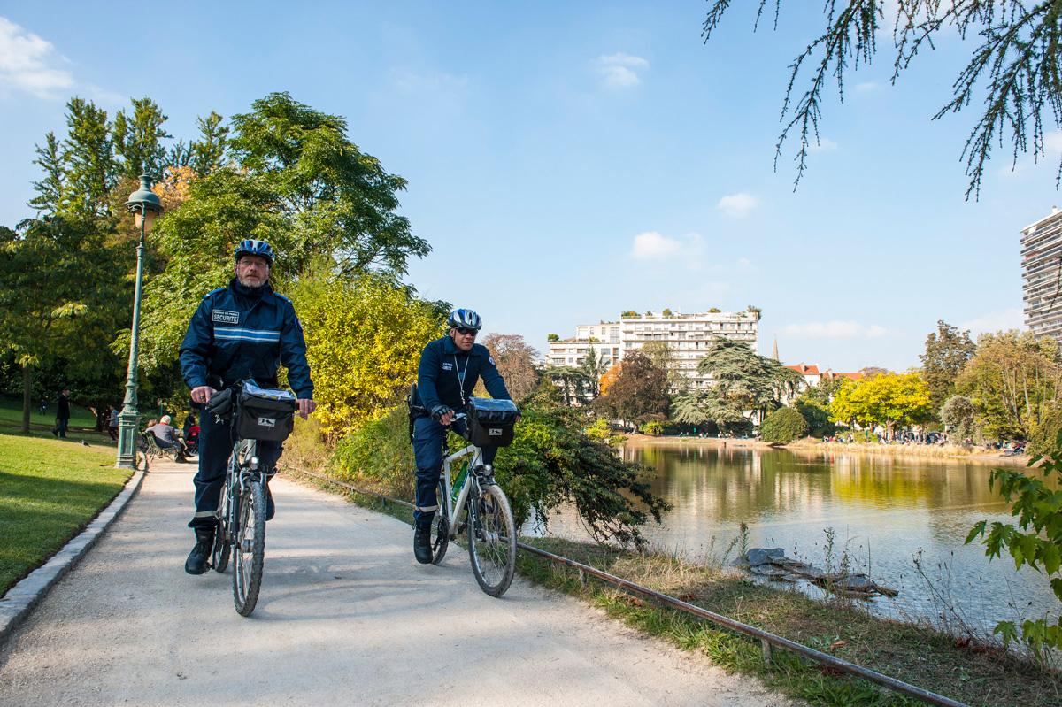 Inspecteurs à vélo qui patrouillent dans le parc.