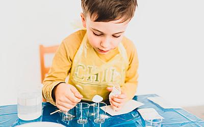 Un enfant procède à une expérience scientifique.