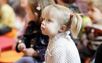 Enfant qui écoute un conte