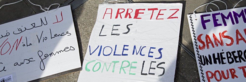 Pancartes de la Maison des Femmes de Paris, exigeant la fin des violences faites aux femmes
