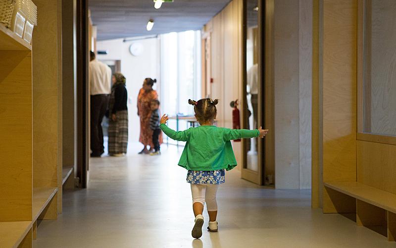 Petite fille dans un couloir d'école maternelle.