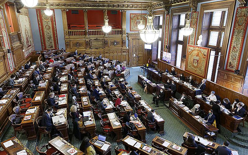 Salle du Conseil de Paris et ses membres assis·es pendant une séance