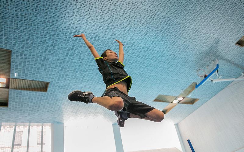 Enfant sautant pendant une séance de sport