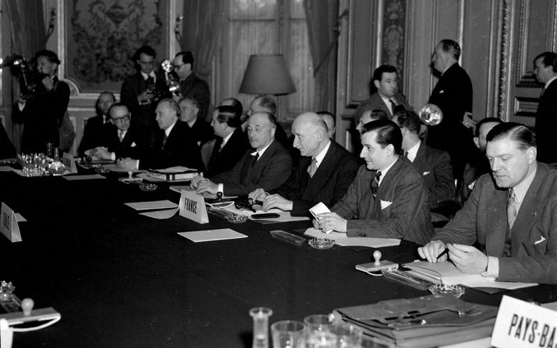 Signature du traité constitutif de la C.E.C.A. Robert Schuman, Konrad Adenauer et Jean Monnet. Paris, avril 1951.