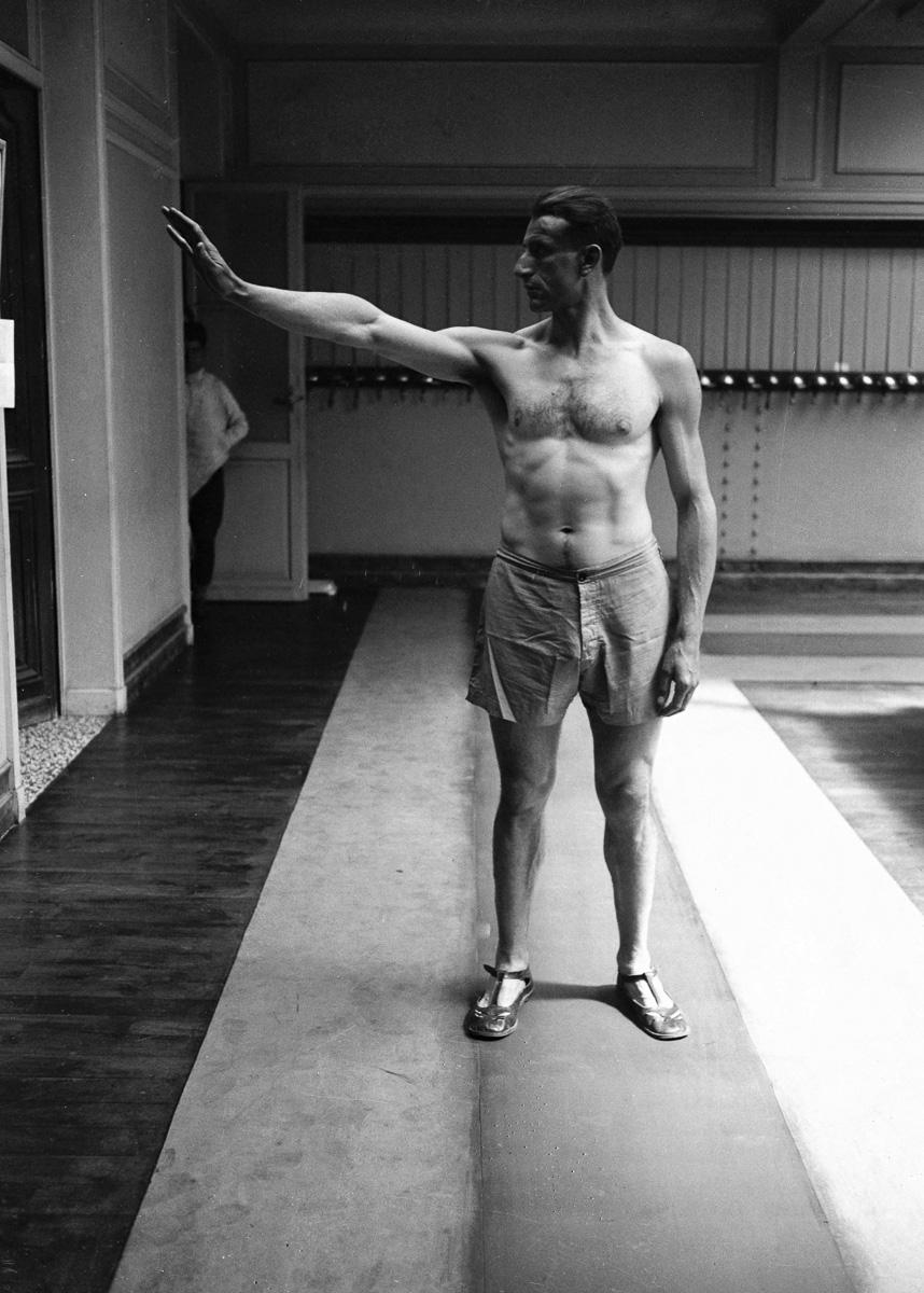 Jeux Olympiques de 1924 à Colombes. L'athlète Géo André (1889-1943), s'entraînant à prêter le serment Olympique.