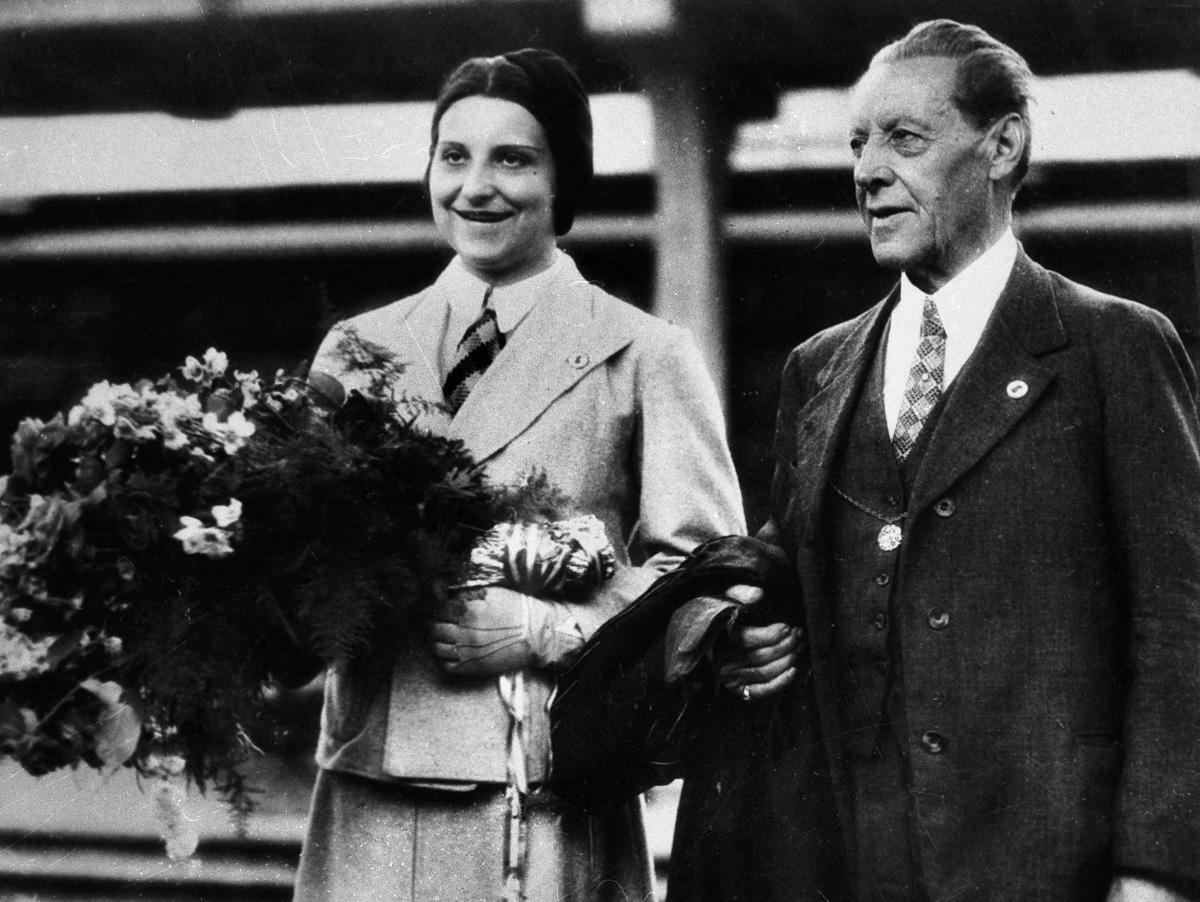 Jeux Olympiques de Los Angeles (Etats-Unis). La championne française de natation Yvonne Goddard et Léon Breton, dirigeant la délégation française. 1932.