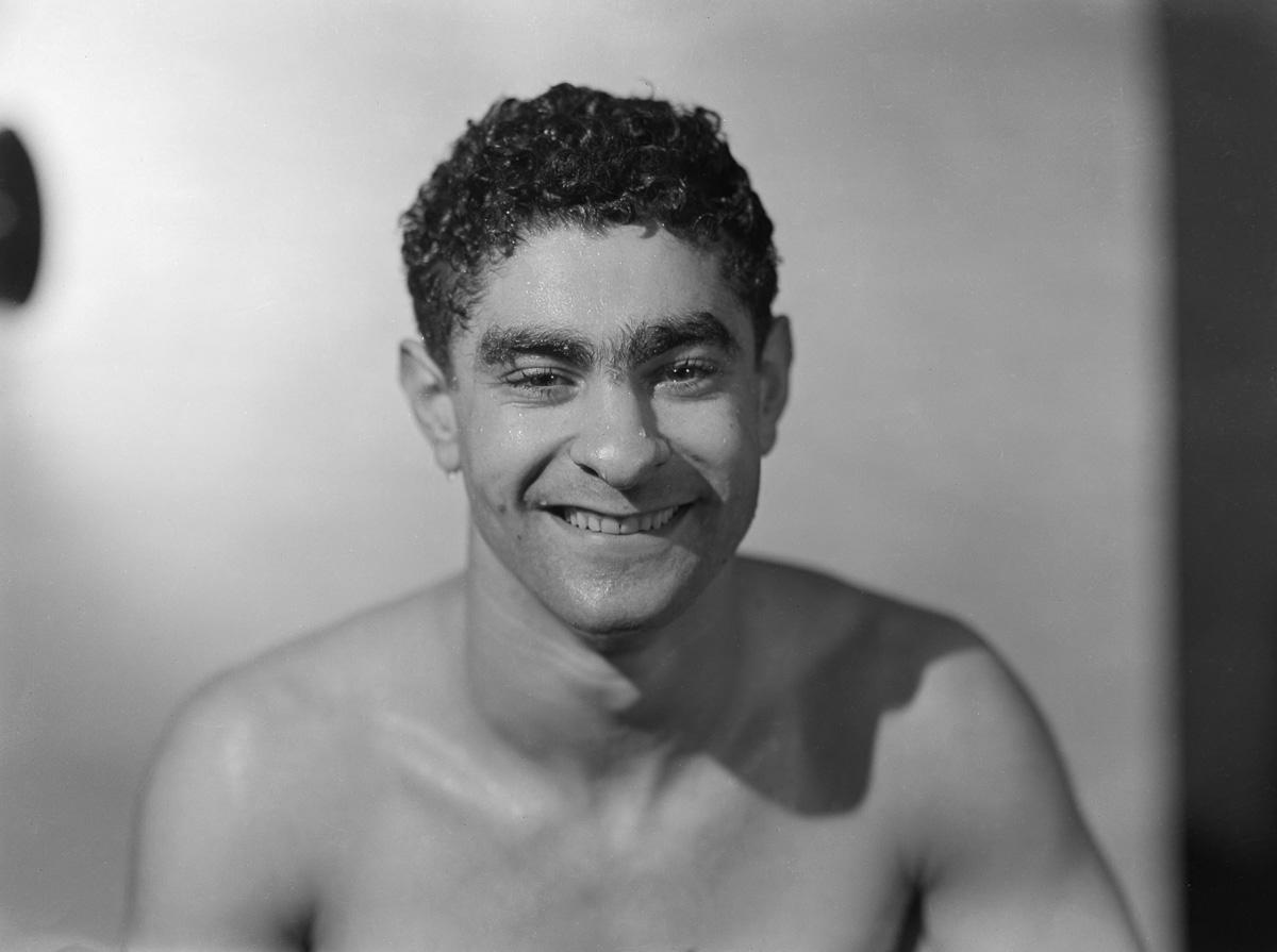 """Portrait d'Alfred Nakache (1915-1983), nageur et joueur de water-polo français. Surnommé """"Artem"""", il est aussi connu sous le surnom de """"nageur d'Auschwitz"""". Photographie d'André Vigneau (1892-1968). Février 1937. Bibliothèque historique de la Ville de Paris."""