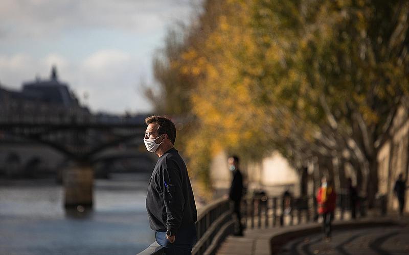Homme portant un masque sur les bords de Seine