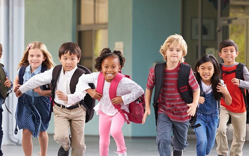 Enfants joyeux sortant de l'école
