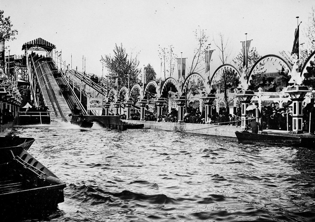 Les montagnes russes du parc d'attractions de Luna-Park, avenue de la Grande-Armée. Paris, 1912.