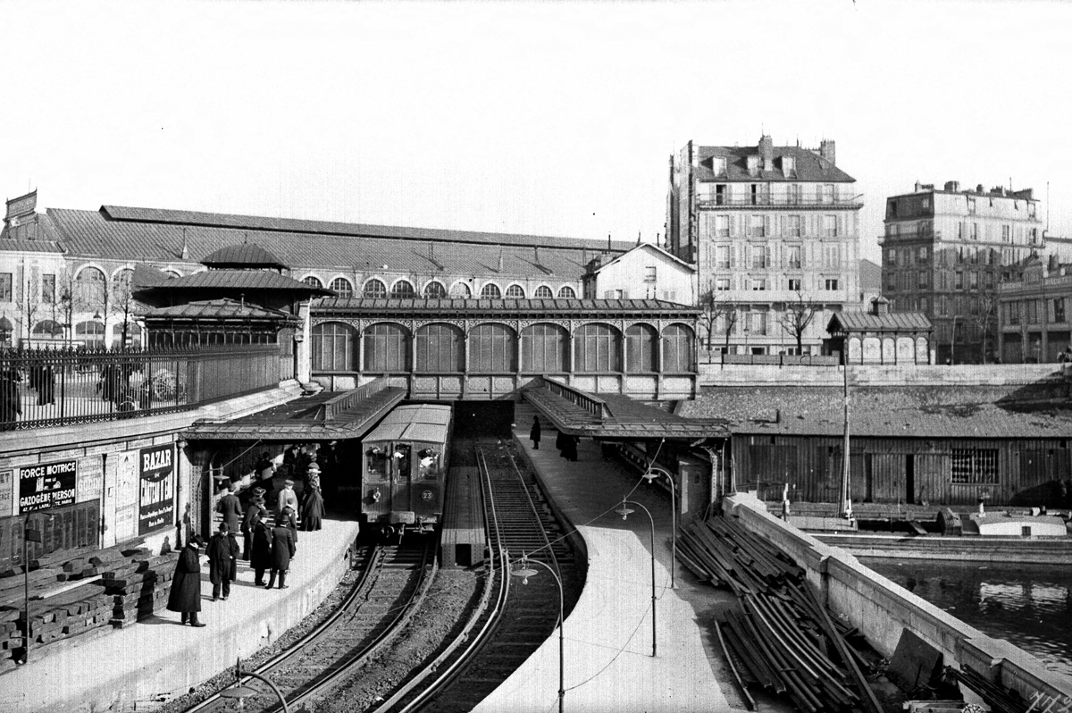 Rame de métro en gare de la station Bastille. Paris, vers 1910.