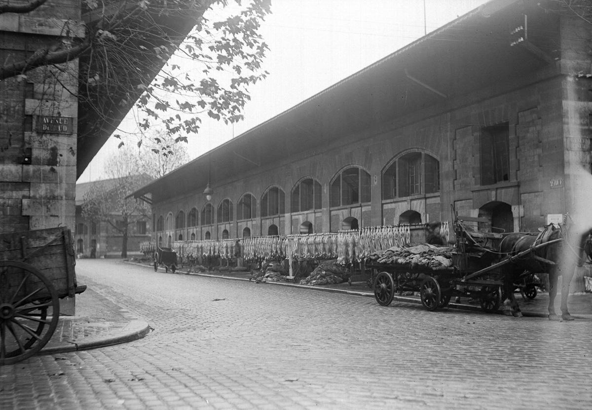 Le pavillon de dépeçage de la viande des abattoirs de La Villette détruits en 1959. Paris (XIXème arr.), vers 1920.