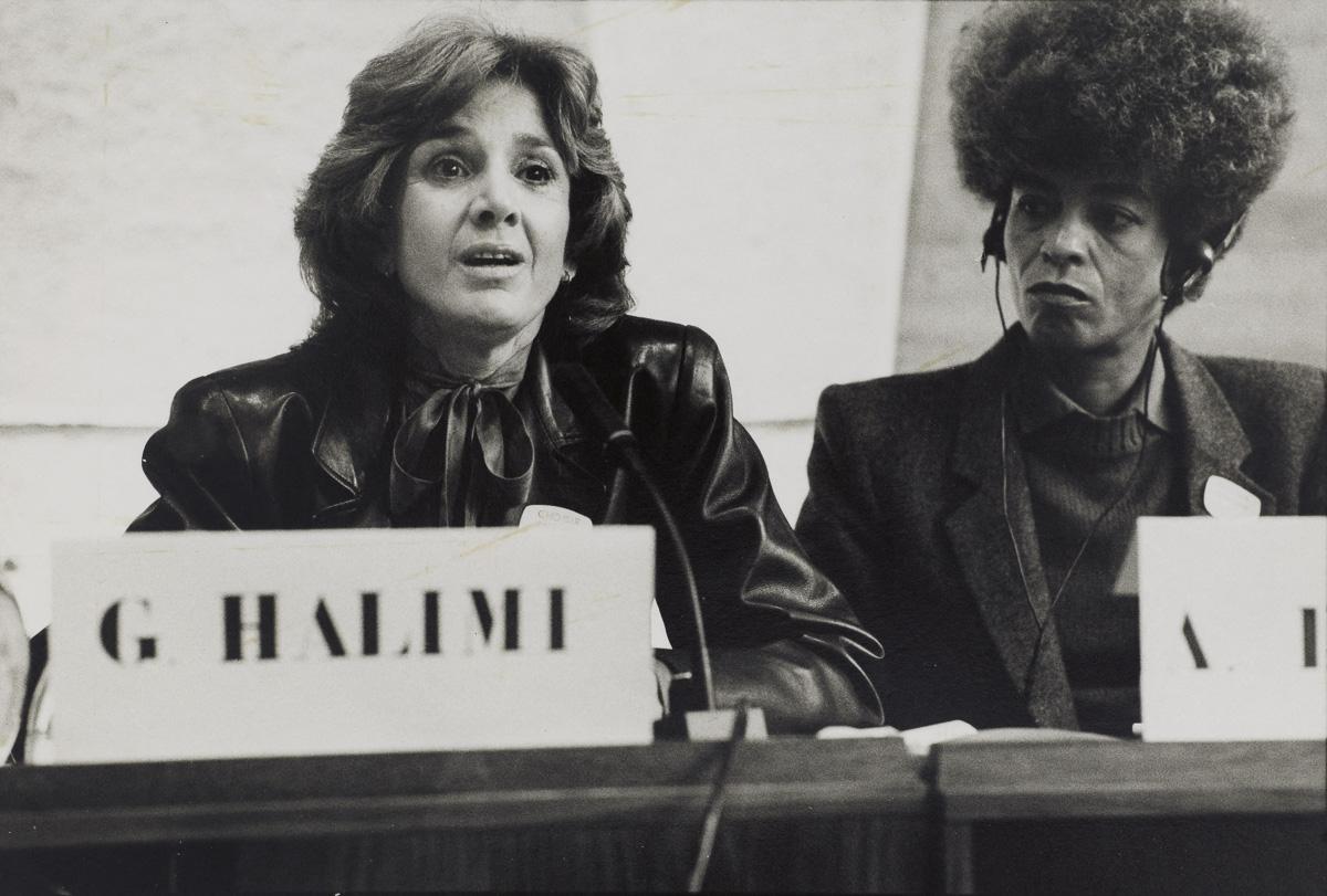 """Gisèle Halimi (1927-2020), avocate, femme politique, féministe et Angela Davis (née en 1949), militante américaine des Droits de l'homme à l'UNESCO, lors du colloque international """"Féminismes et socialismes""""organisé par """"Choisir"""" en octobre"""
