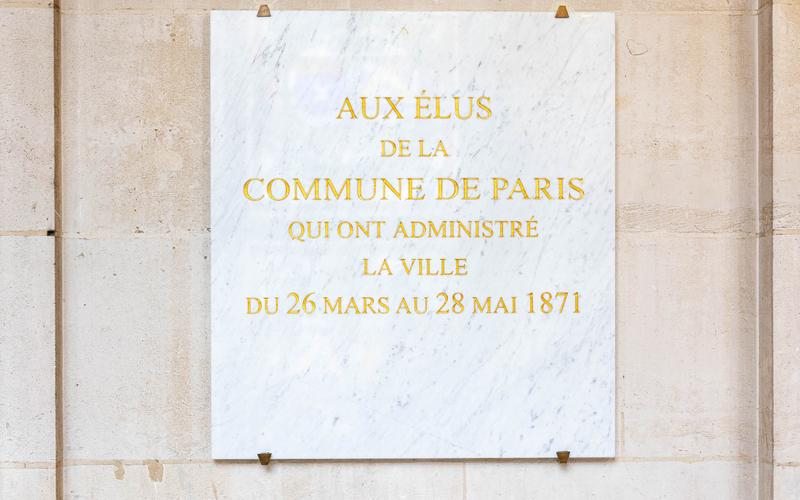 Dépôt de gerbe devant la plaque des élus de la Commune (galerie du Conseil de Paris)