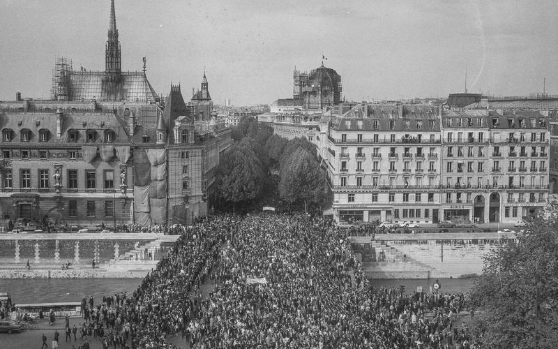 Evénements de mai-juin 1968. Défilé du 13 mai 1968, pont Saint-Michel, Paris.