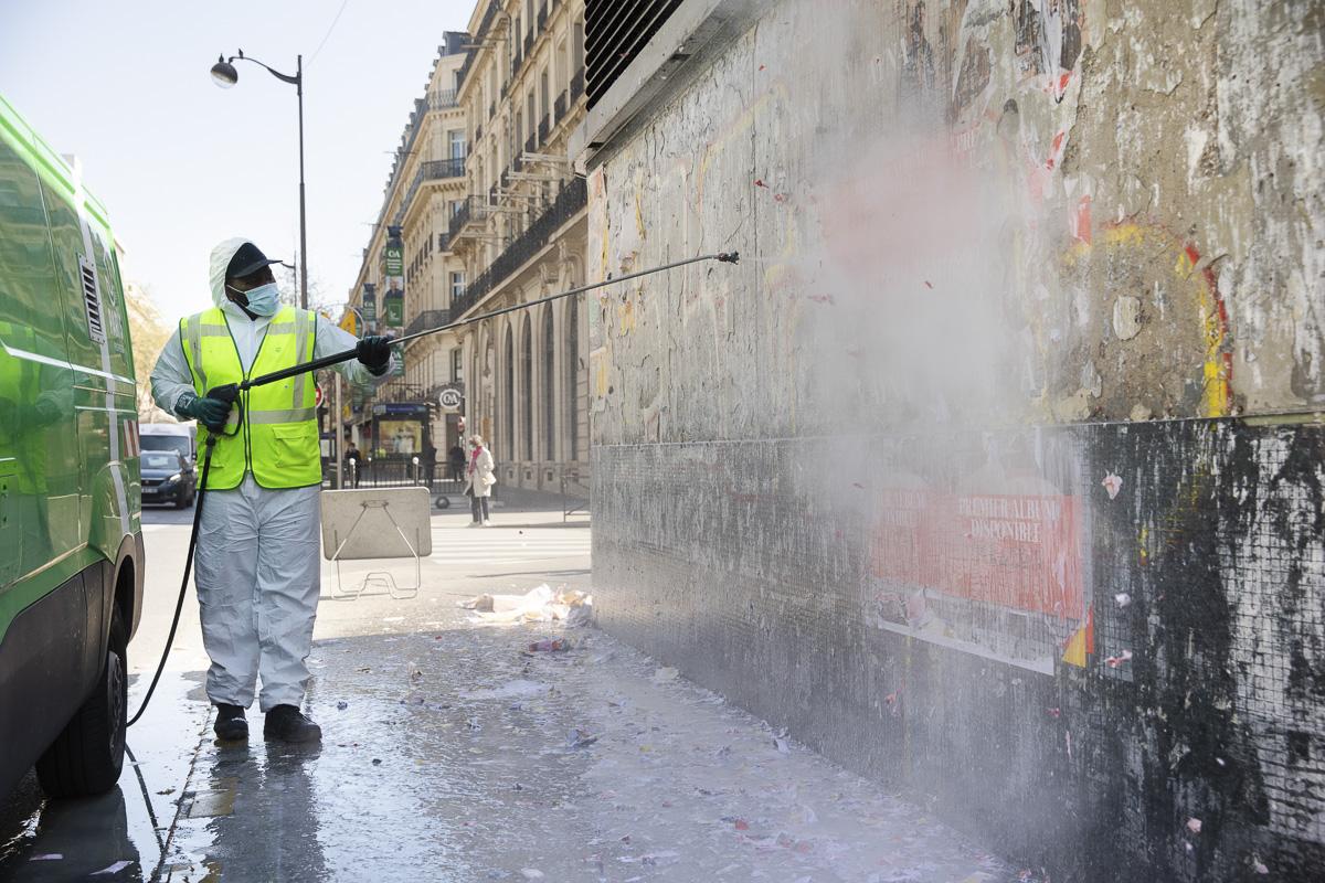 Désaffichage sur un mur de la capitale.