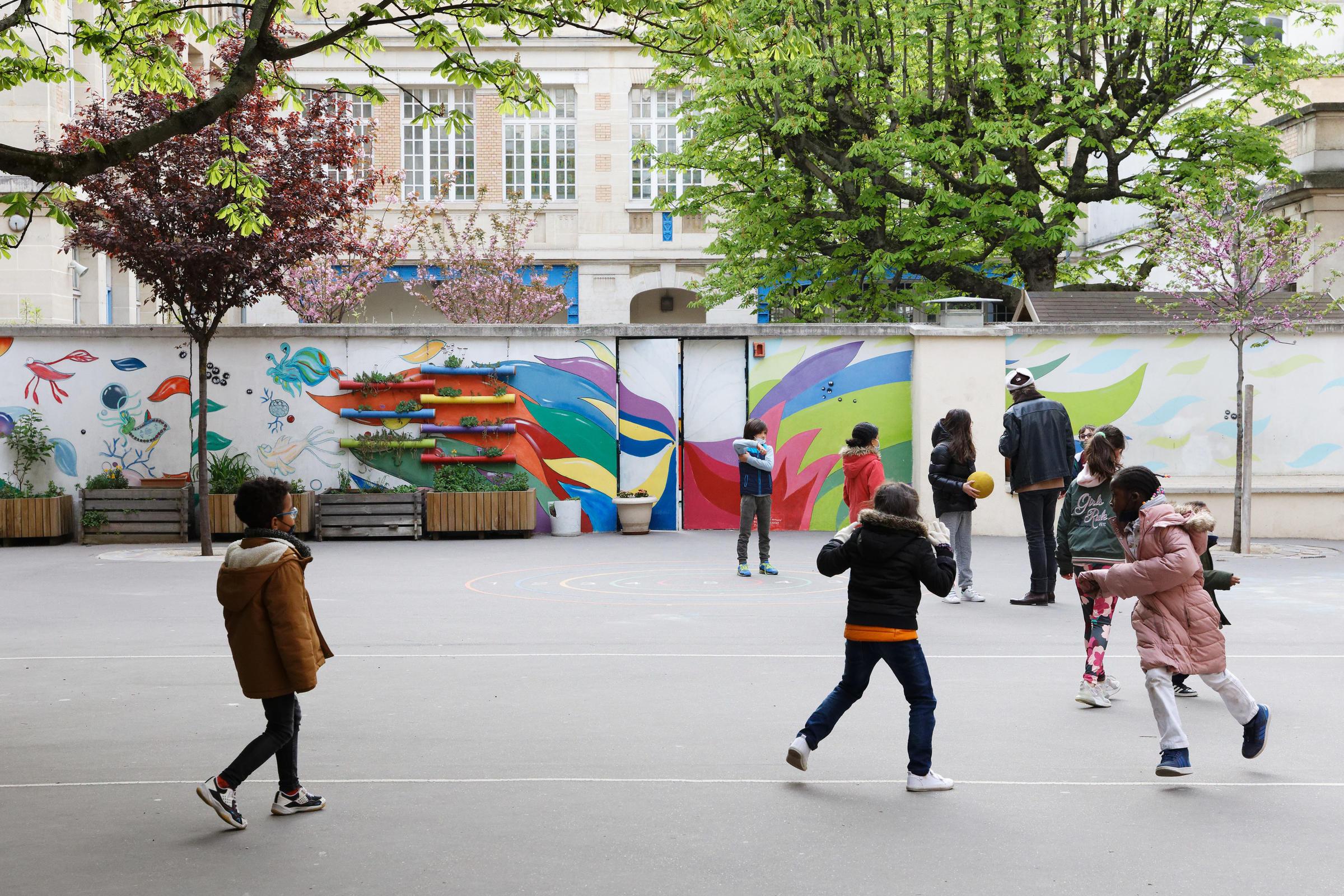 Des enfants jouent dans la cour.