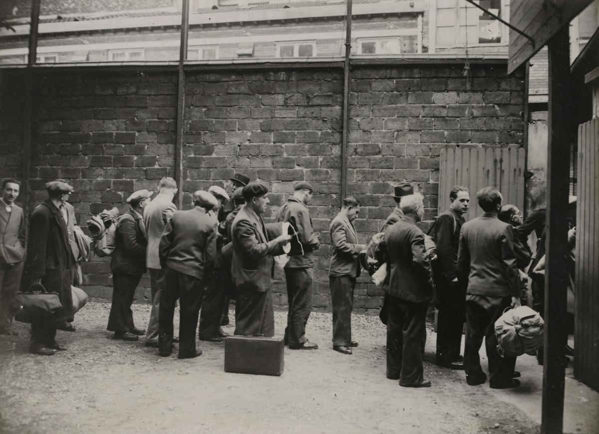 """Guerre 1939-1945. """"Rafle du billet vert. Arrestation des Juifs dans le 11e arrondissement""""."""